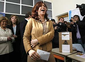 Cristina Kirchner vota. (Foto: REUTERS)