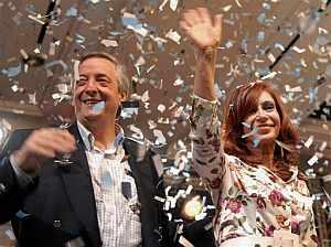 La pareja presidencial saluda a sus seguidores tras conocerse los primeros resultados. (Foto: AP)