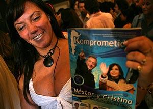 Una seguidora del Frente para la Victoria, muestra una foto de la pareja. (Foto: EFE)