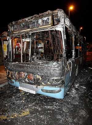 Imagen del autobús quemado en Hernani. (Foto: EFE)