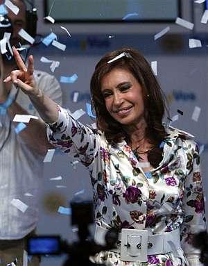 Cristina Kirchner hace el signo de la victoria. (Foto: AP)