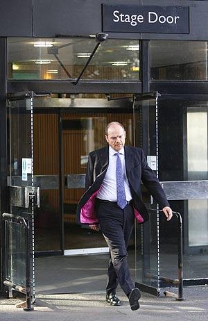 Mark Thompson, director general de la BBC, saliendo de la sede de la cadena. (Foto: REUTERS)