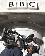 Un cámara de otro medio hace guardia en la sede de la BBC. (Foto: REUTERS)