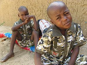 Dos de los 103 niños, en el orfanato donde fueron atendidos. (AFP)