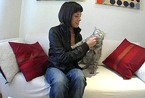 Comparte piso con su gata, Nena.