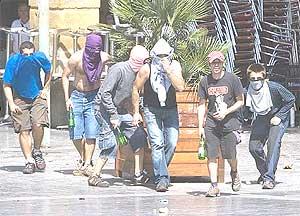 Seis jóvenes participan en un acto de 'kale borroka'. (Foto: Ministerio del Interior)