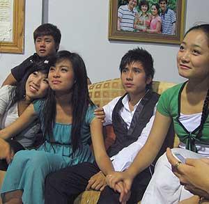 Hoang Thuy Linh, la tercera por la izquierda, con otros jóvenes actores y actrices. (Foto: REUTERS)