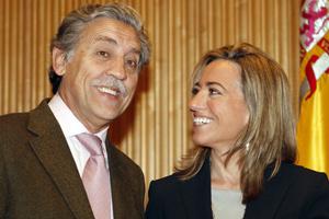 La ministra de la Vivienda, Carme Chacón, charla con el portavoz del PSOE en el Congreso, Diego López Garrido. (FOTO: EFE)