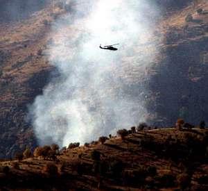 Un helicóptero sobrevuela una zona montañosa durante un ataque contra los rebeldes kurdos. (Foto: AFP)