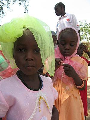 Niñas de los 103 menores, jugando en el orfanato donde fueron acogidos. (Foto: AFP)