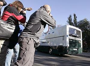 Llegada de uno de los furgones con los acusados. (Foto: EFE)