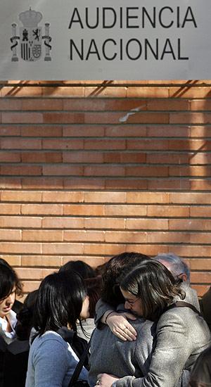 Un grupo de víctimas se abrazan a las puertas de la Audiencia Nacional. (Foto: REUTERS)