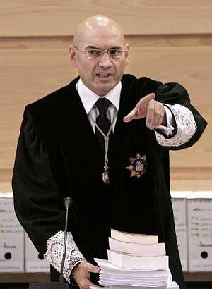 Javier Gomez Bermudez da instrucciones antes de la lectura de la sentencia. (Foto: AP)