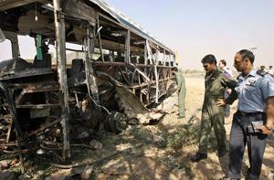 Investigadores observan el lugar del atentado. (Foto: AFP)