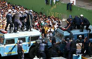 Los manifestantes tratan de sobrepasar el cordón policial. (EFE) MÁS FOTOS