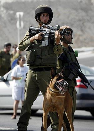 Un soldado israelí controla uno de los accesos de la ciudad. (Foto: REUTERS)
