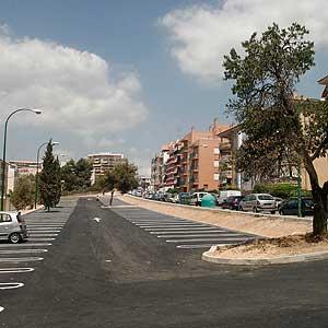Imagen de los aparcamientos de Son Dameto donde suelen jugar los niños. Al final de la calle está el parque nuevo. (Foto: E. Calvo)
