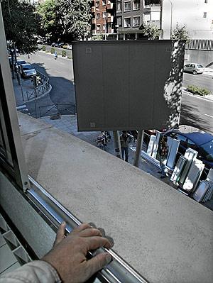 Un 'superchirimbolo' tapando las vistas desde la casa de una vecina. (Foto: Jaime Villanueva)