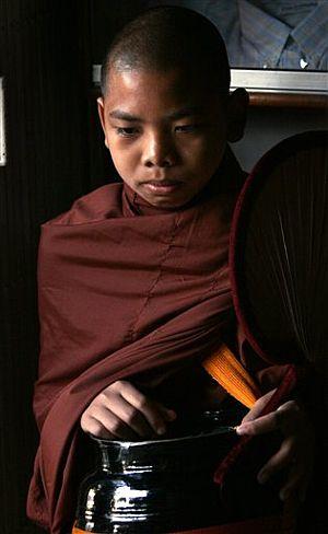 Un joven monje budista, en Rangún. (Foto: AP)