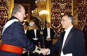 El Rey Juan Carlos saluda al embajador de Marruecos en España, Omar Azziman, en diciembre de 2004. (Foto: EFE)