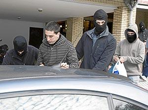 Uno de los detenidos, en el momento en que se realizaron los arrestos. (Foto: Justy G. Koch)