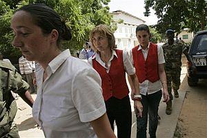 Varias azafatas españolas son conducidas a declarar ante un juez en Yamena. (Foto: AFP)