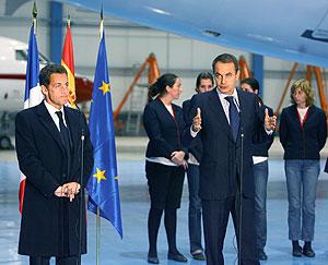 Declaración de Zapatero y Sarkozy en la base de Torrejón, con las azafatas al fondo. (Foto: AFP)