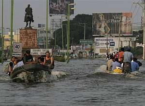 La población de Villahermosa se desplaza en barcas o lanchas. (Foto: AP)