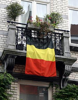 Una bandera belga colgada en un balcón en Bruselas. (Foto: AFP)