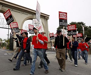 Un grupo de guionistas porta pancartas de protesta junto a los estudios de Paramount Pictures en Los Ángeles. (Foto: EFE)