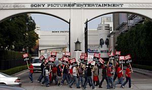 Otro grupo lo hace frente a los estudios de Sony Pictures. (Foto: EFE)