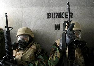 Soldados armados y protegidos en el interior de un búnker. (Foto: EPA)