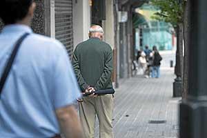 Un anciano pasea solo por la calle. (Foto: Mitxi)