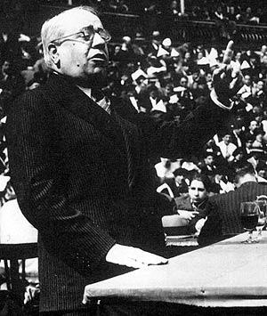 Manuel Azaña, durante un discurso en 1930. (Foto: EL MUNDO)