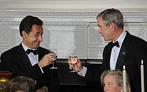 Sarkozy y Bush brindan en la cena de gala ofrecida en Washington al presidente galo. (Foto: AFP)