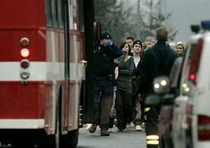 Un grupo de estudiantes son evacuados del centro. (Foto: AFP)
