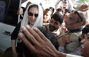 Benazir Bhutto, jaleada por sus seguidores en Islamabad. (Foto: AFP)