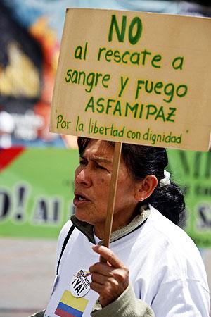 Una familiar de un secuestrado se manifiesta en contra de la cumbre. (Foto: EFE)