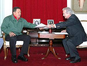 Chávez, con el emisario francés. (Foto: REUTERS)