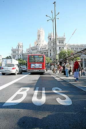 Uno de los autobuses que tienen su parada en la plaza de Cibeles. (Foto: Sergio González)