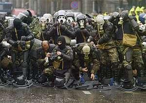 Agentes antidisturbios se colocan las máscaras antigas. (Foto: AP)