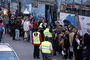 cientos de barceloneses hacen cola para coger uno de los autobuses habilitados tras los cortes. (Foto: Antonio Moreno)