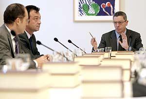 Gallardón presidiendo la primera Junta de Gobierno en el Palacio de Comunicaciones. (Foto: EFE)
