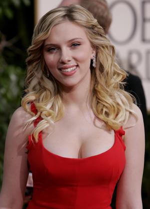 La actriz Scarlett Johansson, mirando fijamente y sonriendo a la cámara. (Foto: AP)