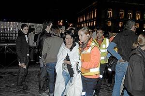 Una de las pasajeras afectadas es atendida junto al hospital de campaña en la Puerta del Sol. (Foto: Paco Toledo)
