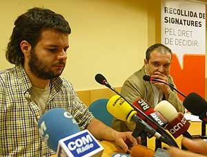 Toni Trobat (izqda.) y Gerard Fernández, miembros de la PDD, anuncian la manifestación en rueda de prensa. (Foro: Domènech Umbert)