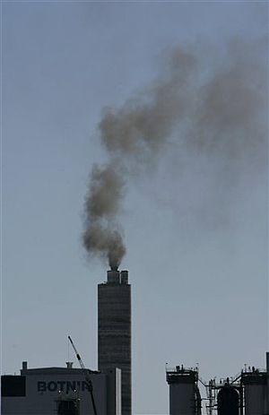 La chimenea de la planta papelera, ya en marcha. (Foto: AP)