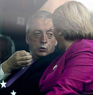 Kirchner habla con Bachelet durante el trayecto en autobús. (Foto: AFP)