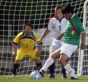 Evo Morales pasa el balón en el partido de fútbol. (Foto: EFE)