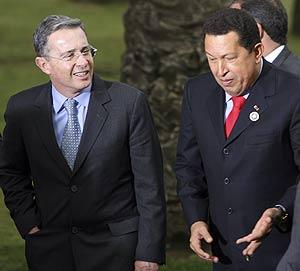 Uribe y Chávez conversan tras hacerse la foto oficial. (Foto: EFE)